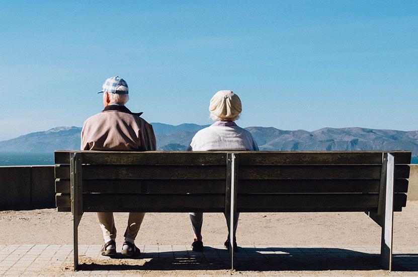 Rentner auf Bank