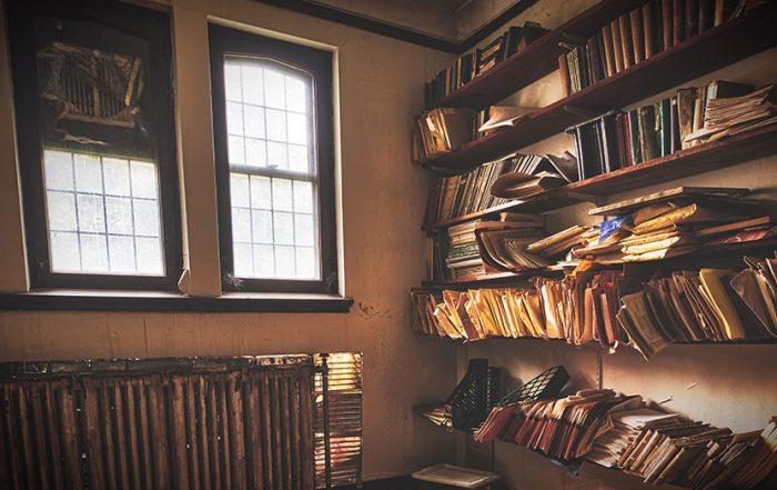 Foto mit Regalen voll mit Büchern und Papieren